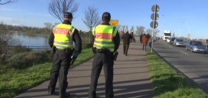 Deux policiers allemands à la frontière franco-allemande