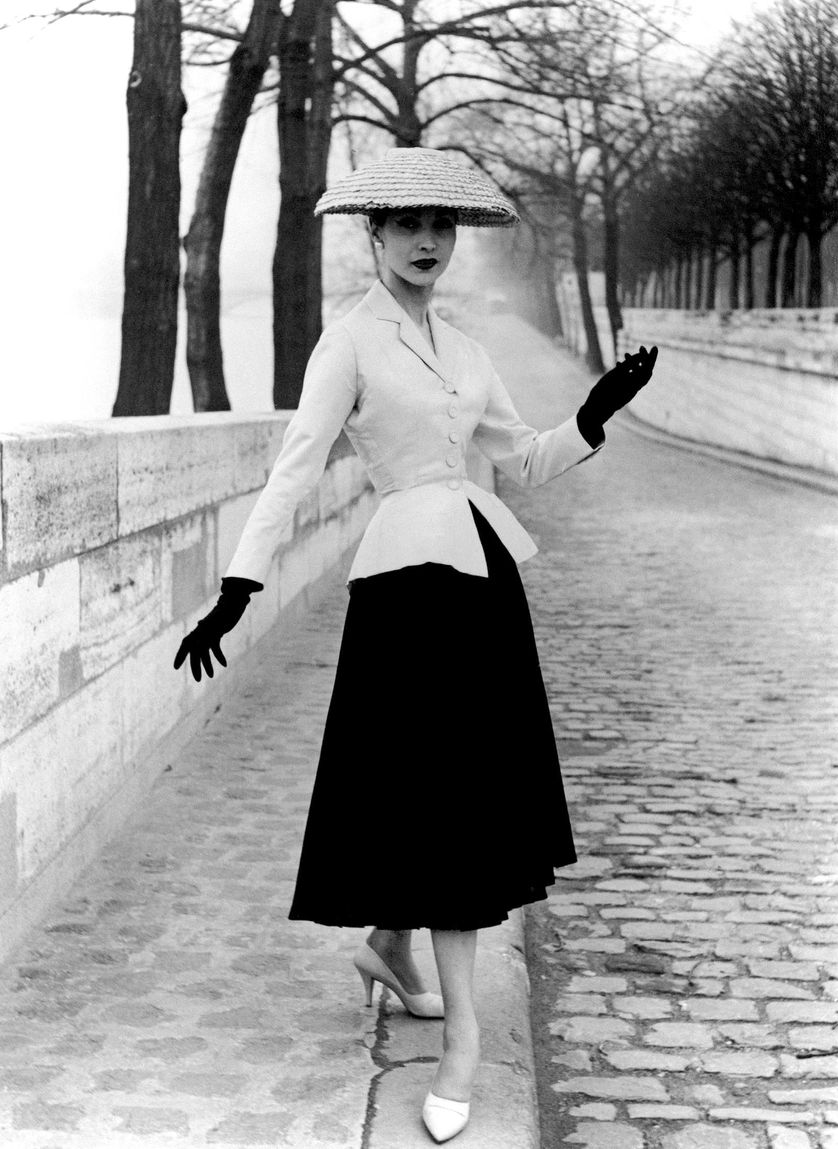 """L'emblématique tailleur Bar de la collection printemps-été de Christian Dior en 1947 connue sous le nom de """"New Look"""""""