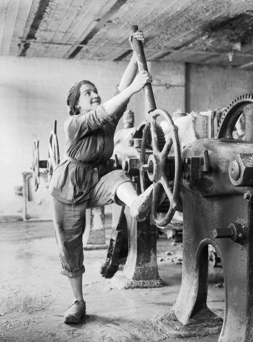 Une jeune femme vêtue d'un pantalon et d'une combinaison dans une usine de glucose du Lancashire, en Angleterre, vers 1918.