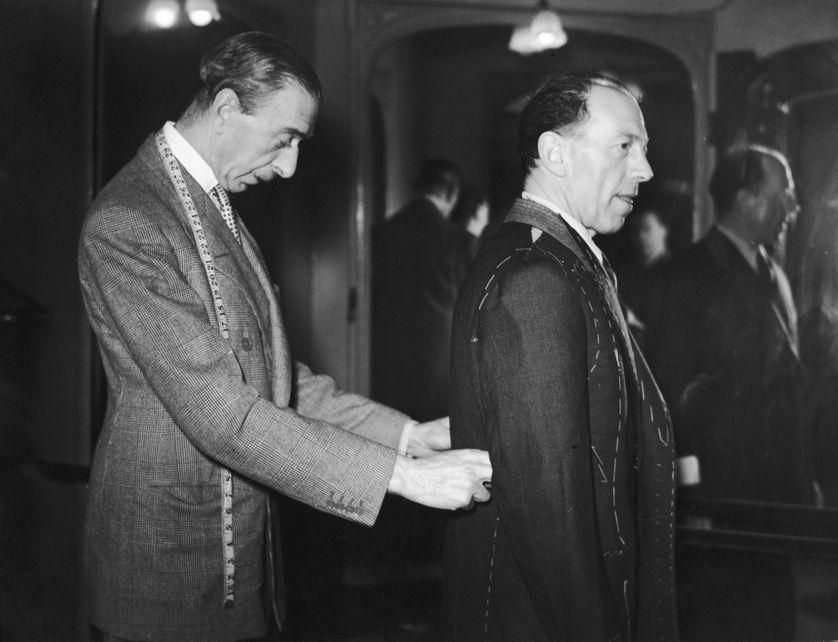 Un tailleur prend les mesures d'un client chez Henry Poole, Savile Row, London, 1938
