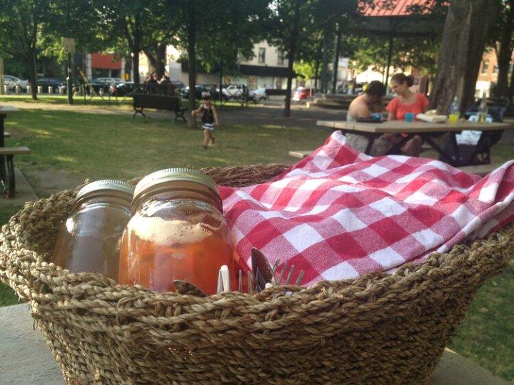 Le Parc de la Petite-Italie est la terrasse naturelle pour les paniers picnic de la Dinette Triple Crown. Photo : Montreal Food Divas